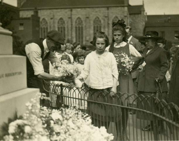 P08371 children laying flowers at memorial cu June 1919 c tower hamlets local history library and archives