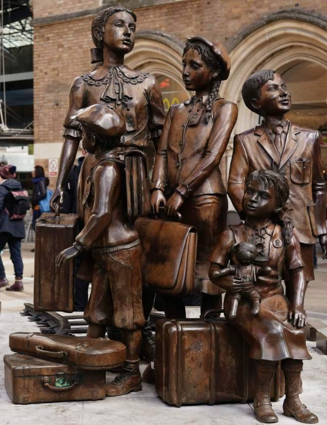 Kindertransport memorial: The Arrival