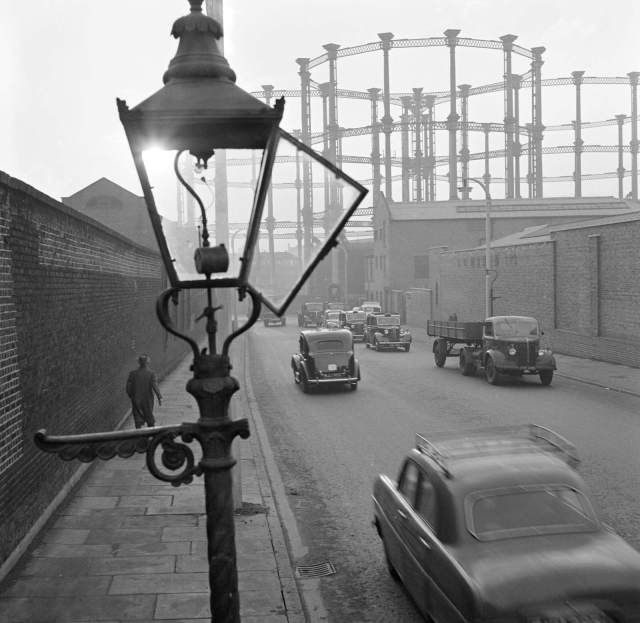 Gas lamp with gasholder behind