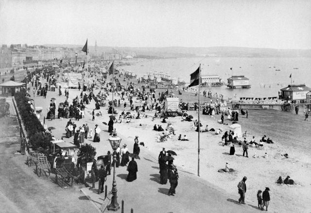 Holidaymakers on Weymouth beach, Dorset, 1890's © Historic England Archive. Ref: BB88/02329