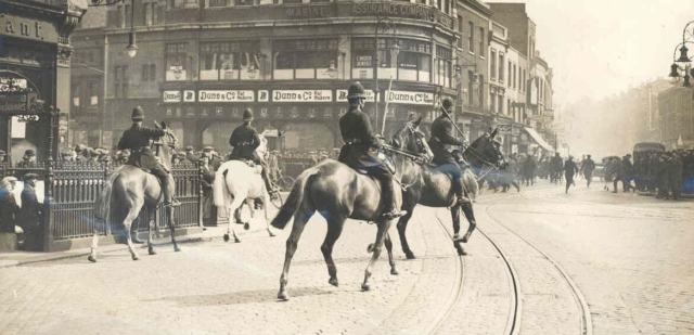 Mounted police baton-charge strikers at the Elephant & Castle