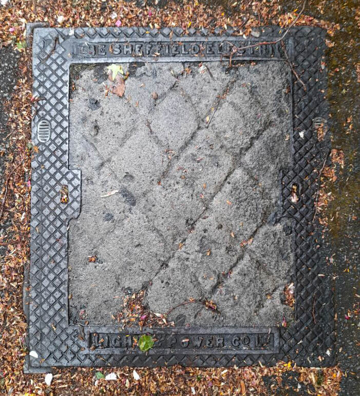 Manhole cover with 'Sheffield Electric light and powr co LTD.'