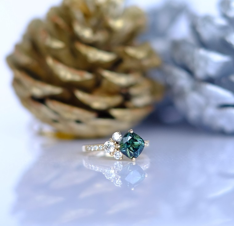 Stunning Green Sapphire and Diamond Ring in 18K Gold