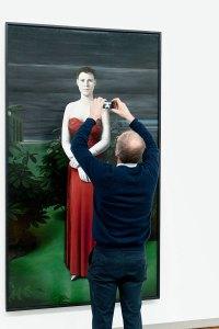 Man fotografeert museum-stuk