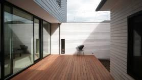 注文住宅の中庭 杉板張