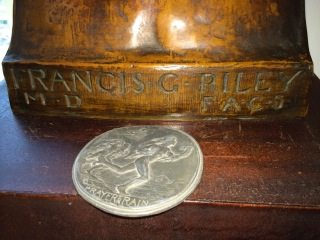 Tim Orr sent this photo of a SOM#3 medallion at the base o the bust.