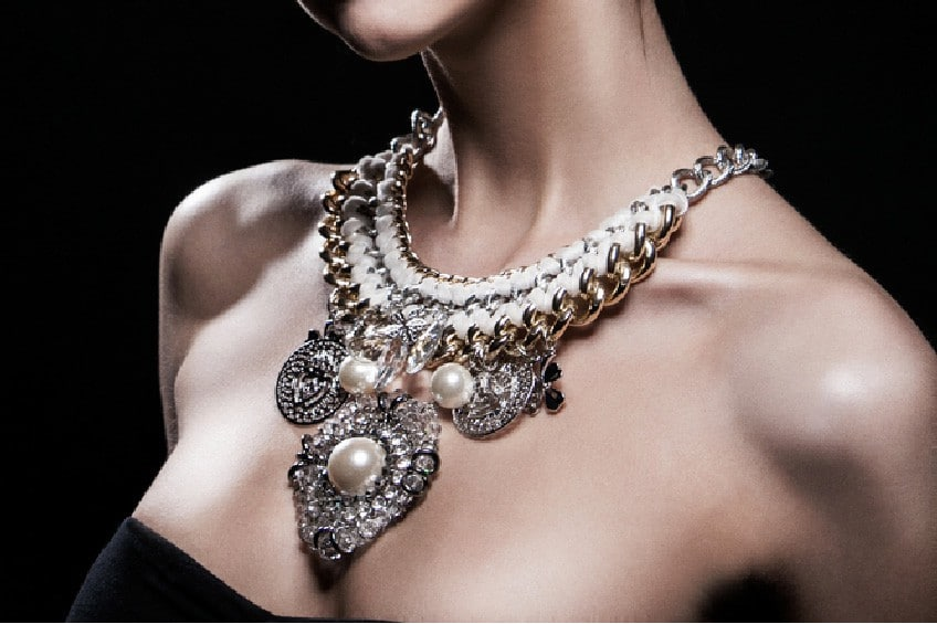 collier plastron volumineux