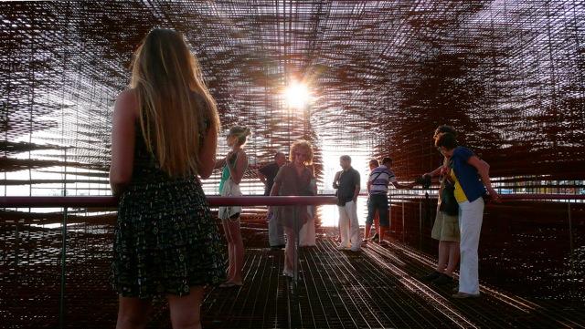 La Bienal de Arquitectura 2010 debe ser un reflejo de la arquitectura. El siglo XXI recién comienza. Aparecen muchos cambios radicales. En un contexto constantemente cambiante.http://blog.la76.com/2010/10/brod-the-ship-la-nave-a-floating-pavilion-for-croatia-at-the-venice-biennale/