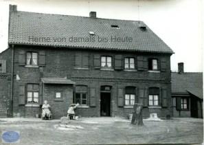 Die Senfmühle an der Rottstraße in Baukau, Hausansicht von vorn. Der niedrige Anbau rechts diente als Betriebsstätte, Repro Gerd Biedermann