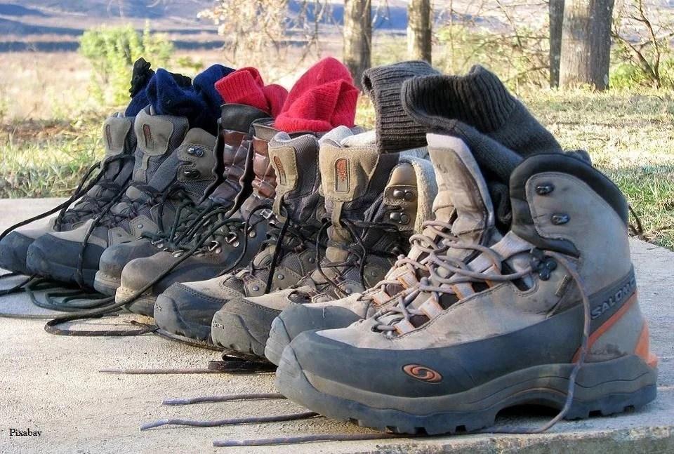 Chaussures de randonnée au repos