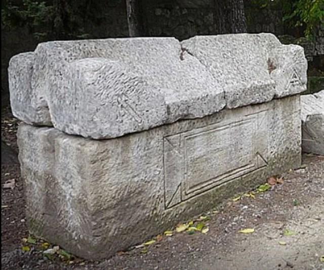 Des gravures encore présentes sur certains sarcophages