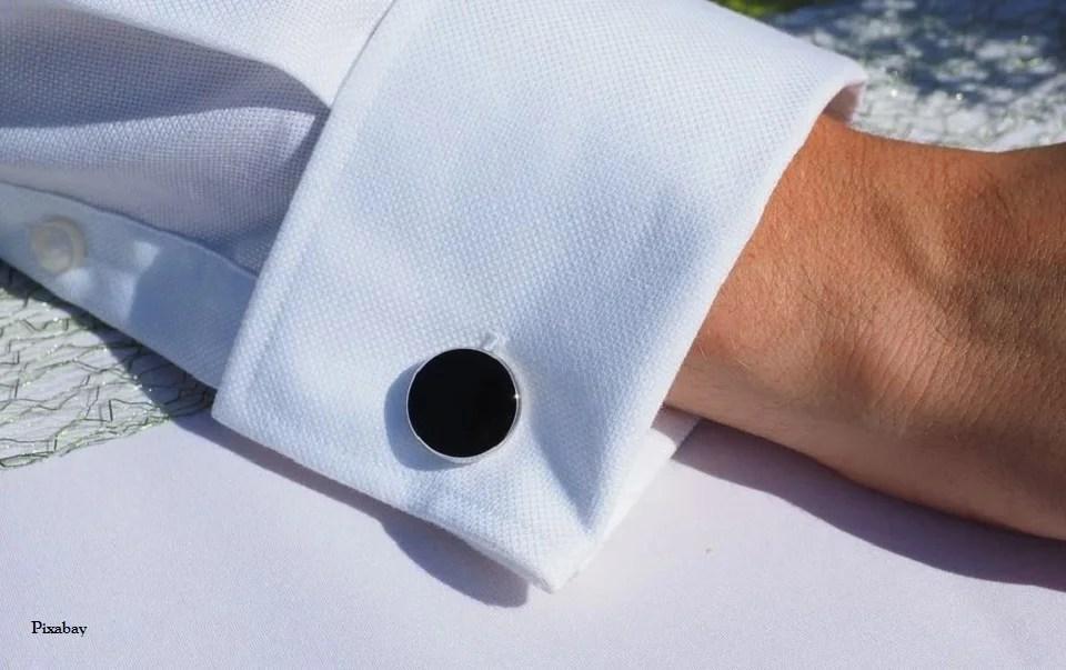 Boutons de manchette en argent sur chemise blanche