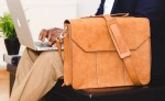 Comment choisir un sac pour homme et le porter avec style ?