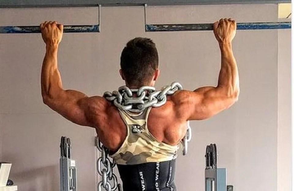 barre de traction et muscle en béton