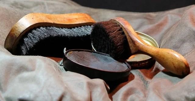 Matériel pour entretien des chaussures en cuir