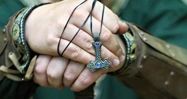 collier pendentif scandinave en bracelet