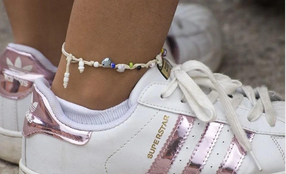 bracelet cheville homme, le bijou de plage masculin de l'été