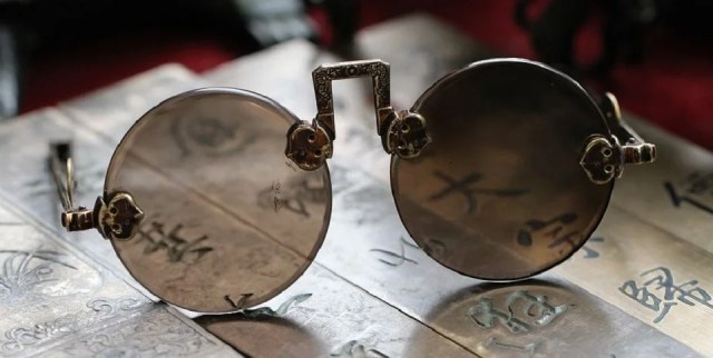 Ancêtre des lunettes rondes, les pince-nez pour homme