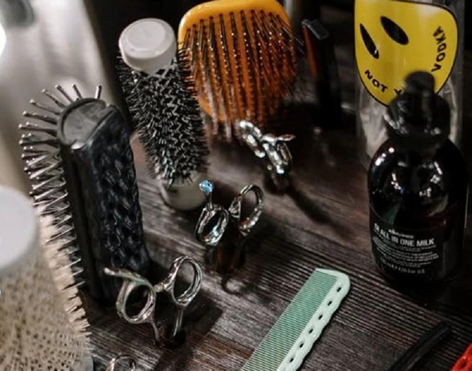 Brosse ou peigne : comment choisir le bon outils pour bien se coiffer ?