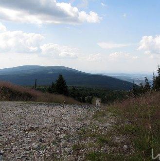 Schotterweg auf dem Höhenkamm
