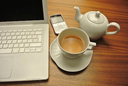 Kahla Centuries auf Nussbaumholz und weißer Tee