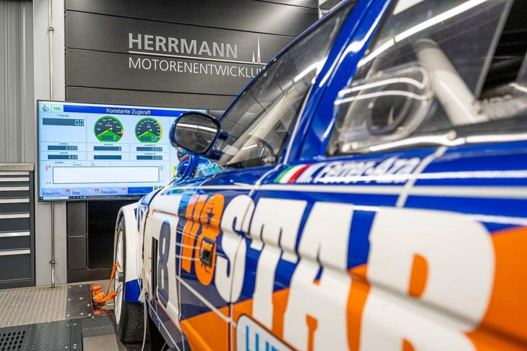 V8 STAR mit frei programmierbarem MoTeC M48 Motorsteuergerät auf dem Allrad-Scheitelrollen-Prüfstand der Herrmann Motorenentwicklung GmbH