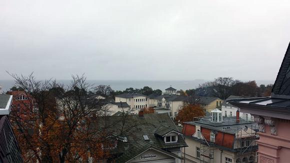 Der Blick von der Dachterasse auf Teile von Heringsdorf und die Ostsee: Für uns ist auch die dritte Reihe noch gut genug