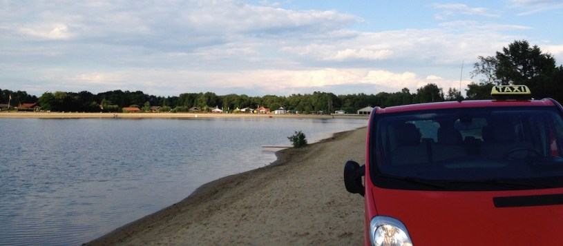 Roter Taxibus am Ohlenstedter See