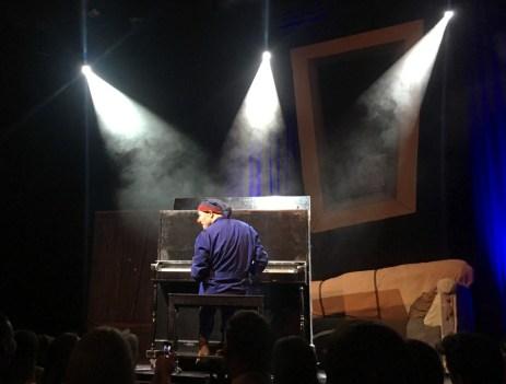 Anthony Venisse: Pianist, Clown und Regisseur der Inszenierung. ©HerrundFrauBayer