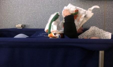 Junior hatte auch im Bettchen Unterhaltung. ©HerrundFrauBayer