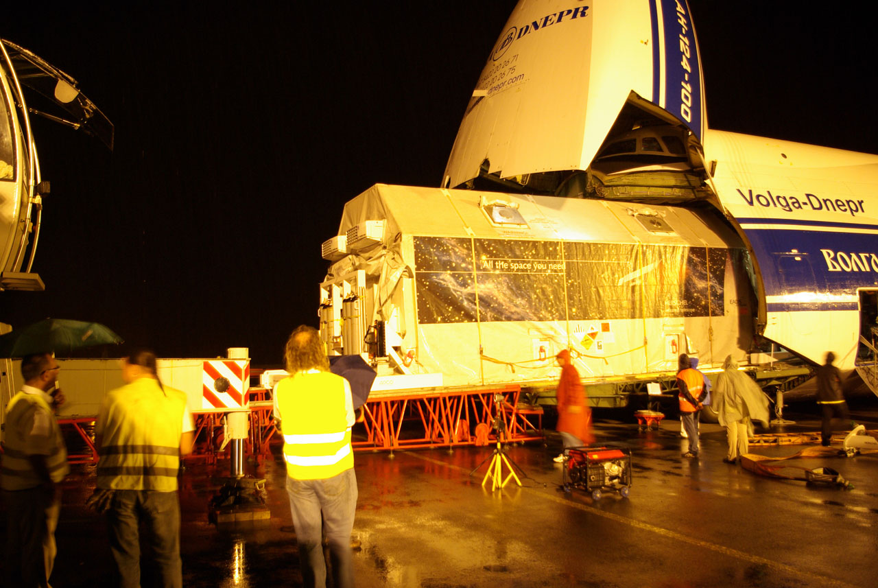 Herschel in its crate being loaded onto the trasport plane