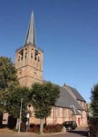 Het kerkgebouw aan het kerkplein