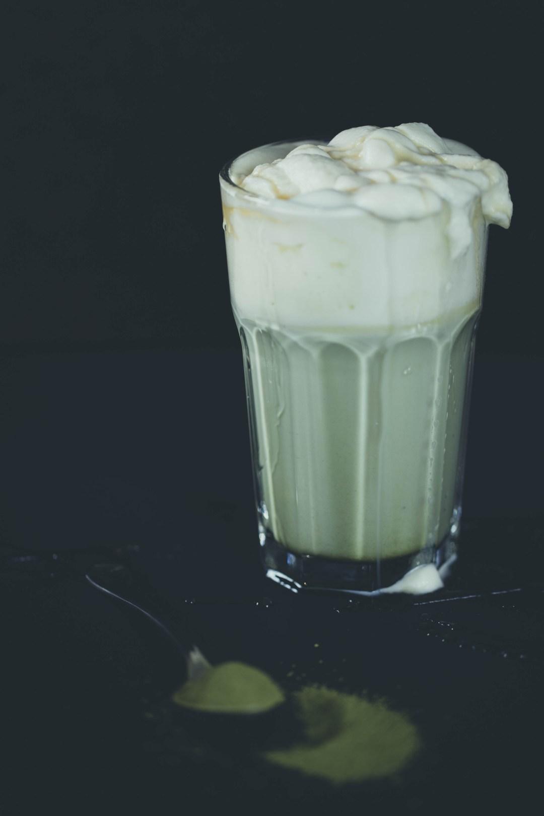 Matcha-Milch mit Karamellsirup und Sahne
