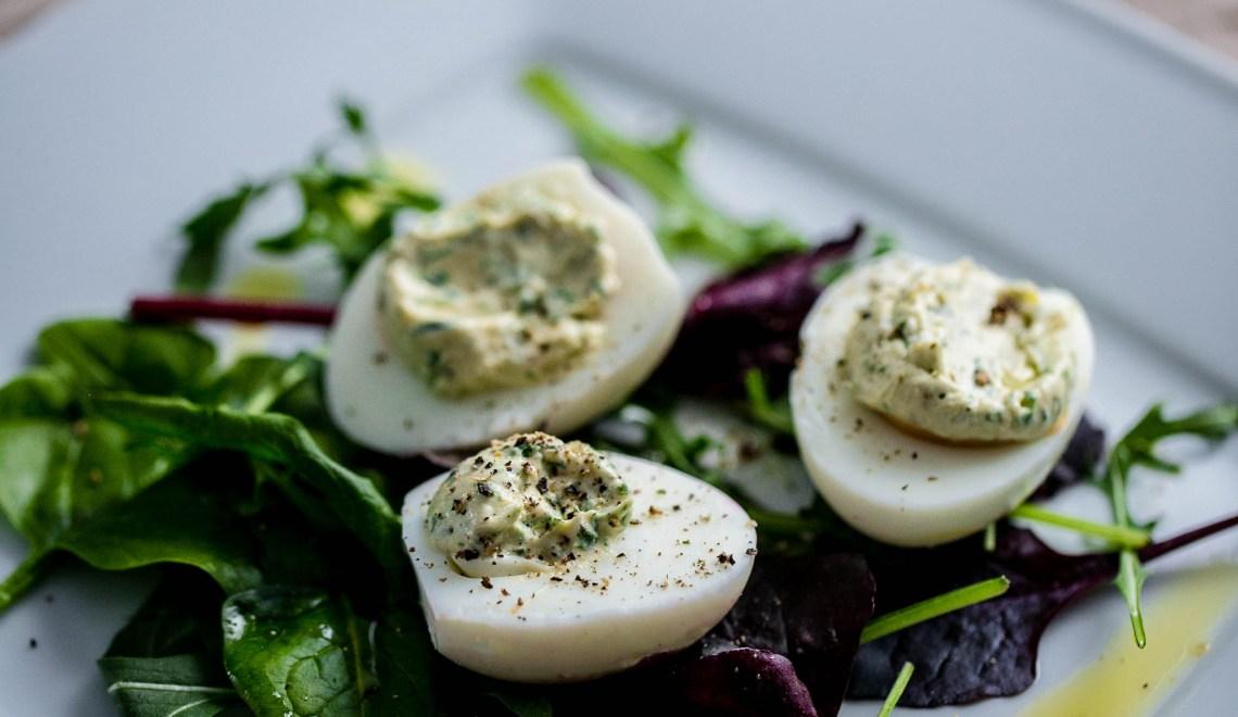 Mit Ziegenfrischkäse gefüllte Eier