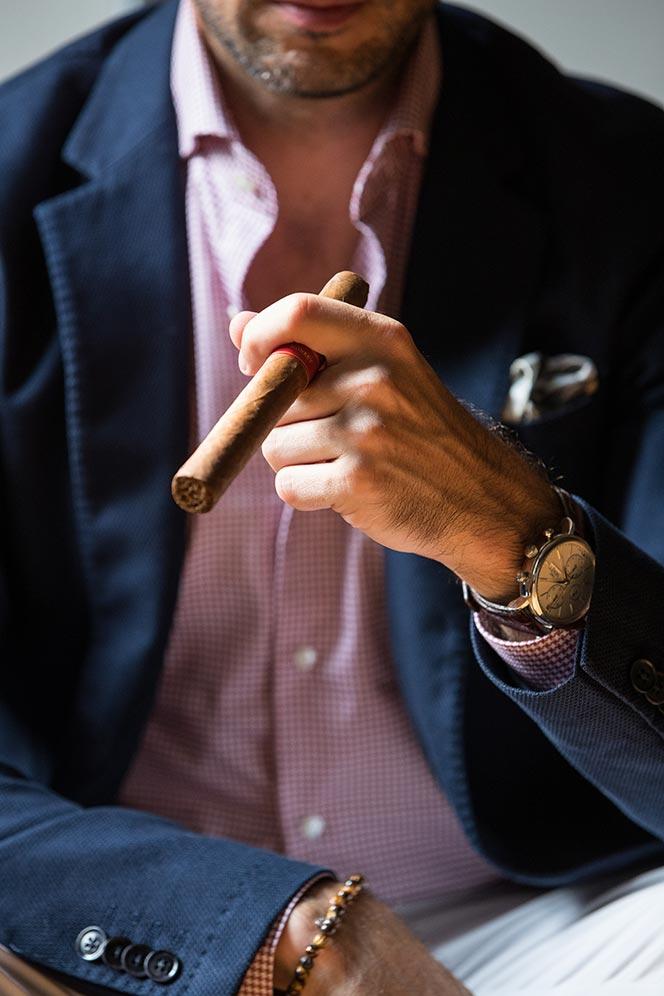 hold cigar properly