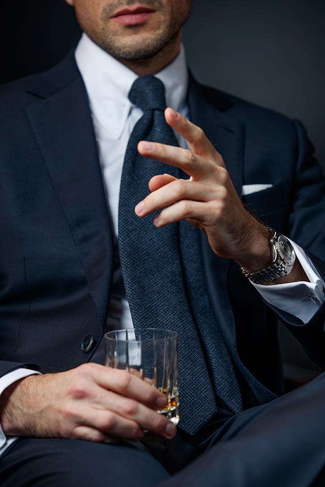 classic-navy-suit-outfit-idea-for-new-years-eve-party-attire-9