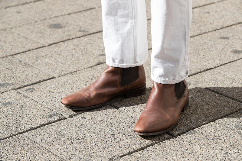 brown-leather-chelsea-boots-jack-erwin-white-jeans-cuffed-once-mens-style-outfit-ideas-spring-fashion