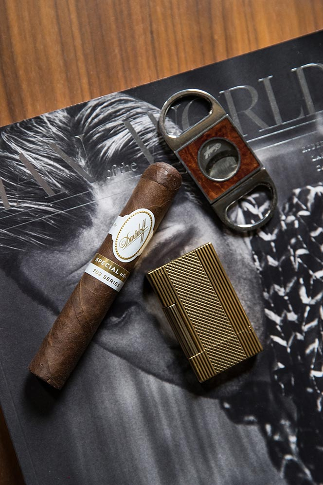 davidoff-702-series-special-r-review-from-above-photo-st-dupont-lighter-wooden-table