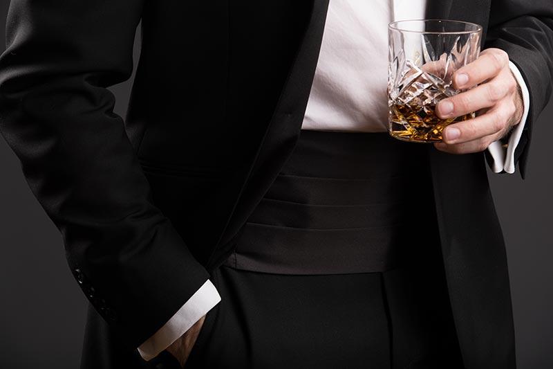 how-to-wear-tuxedo-cummerbund-black-tie-attire-wedding