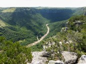 Die teerpad en die brug oor die Umzumkulwanarivier waar nog 'n dagkamp is