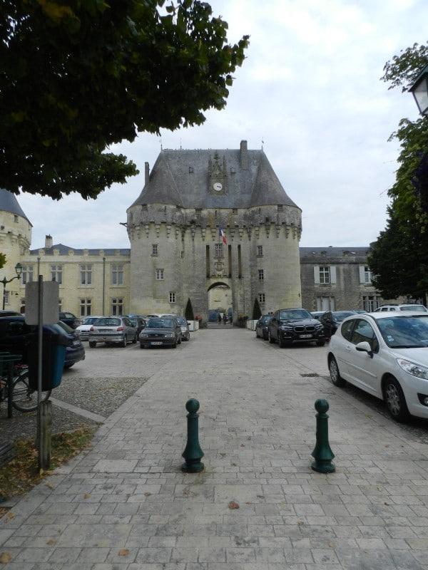 Place du château de Jonzac et vue du châtelet