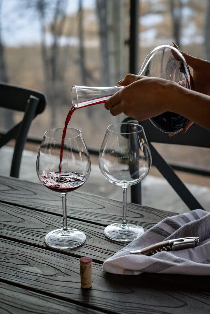Het Gezinsleven - lifestyle - koken & recepten - De juiste wijn bij jouw gerecht - inchecken rode wijn in 2 glazen
