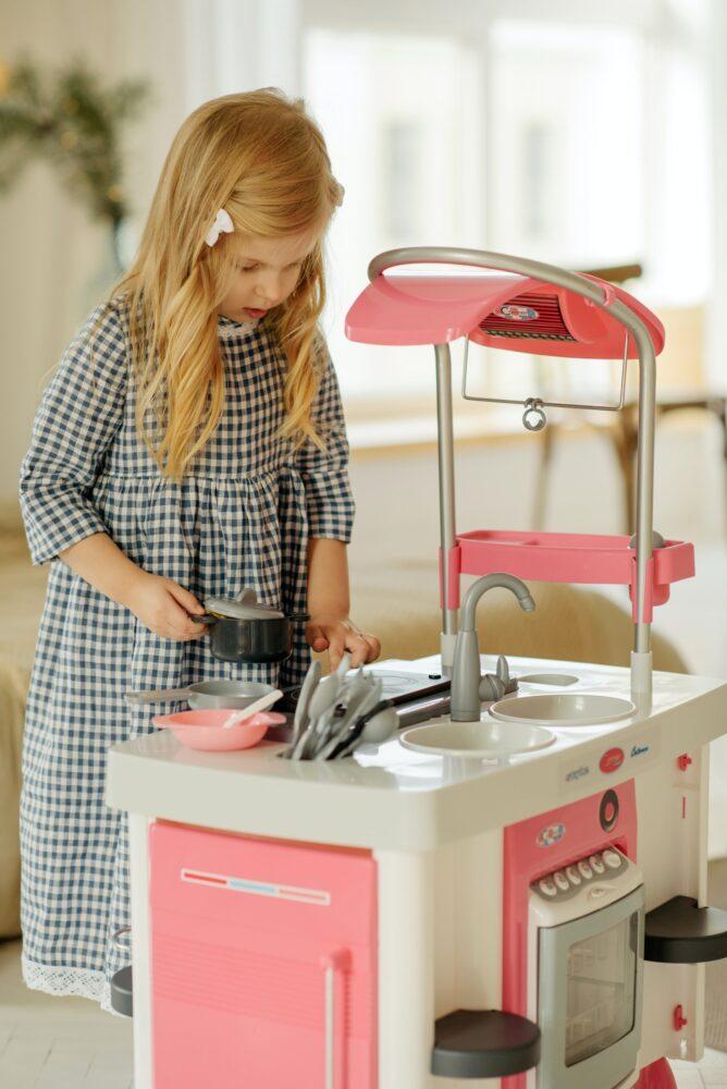 Het Gezinsleven - Moeder en kind - Kinderen 1-4 jaar - De Speelotheek - Meisje speelt met speelgoedkeuken