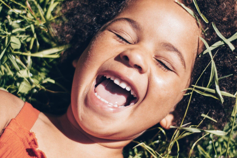 Het Gezinsleven - Moeder & kind - Kinderen 1-4 jaar - 10 dingen die we van onze kinderen kunnen leren (deel 2) - Meisje lacht hardop