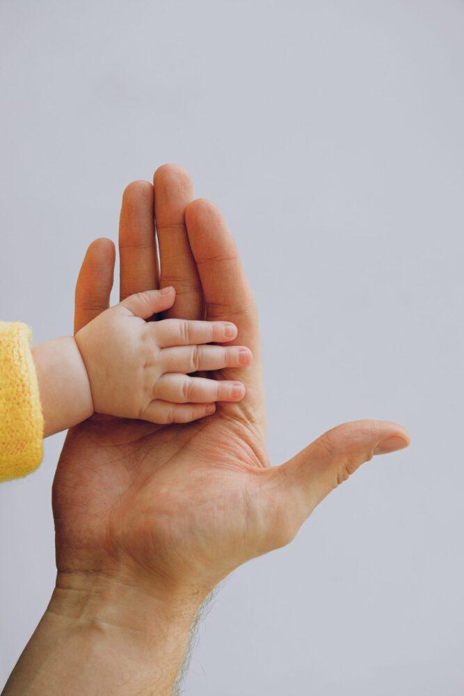 Het Gezinsleven - Moeder en Kind - Kind 4 - 12 jaar - Kleuterverliefdheid - Dochter legt haar hand in die van haar vader