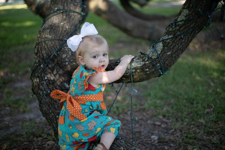 Het Gezinsleven - Moeder en Kind - Moeders - 5 tips: De beeldschermtijd van kinderen verminderen - Meisje wil haar grote broer achterna klimmen in de boom