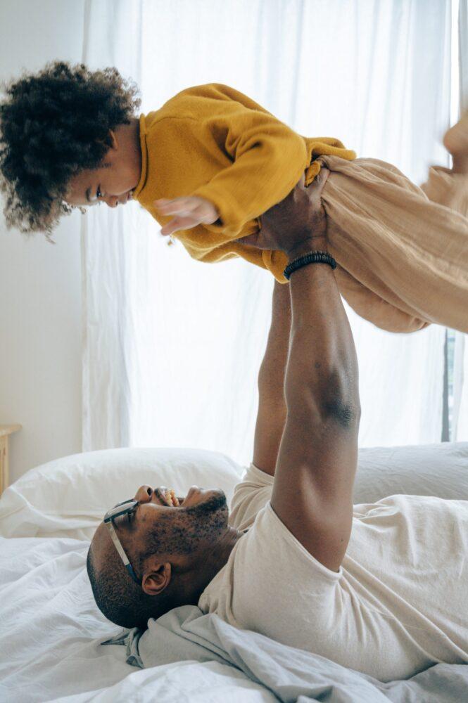 Het Gezinsleven - Moeder & kind - Kinderen 1-4 jaar - 10 dingen die we van onze kinderen kunnen leren (deel 2) - Vader en zoon spelen vliegtuigje