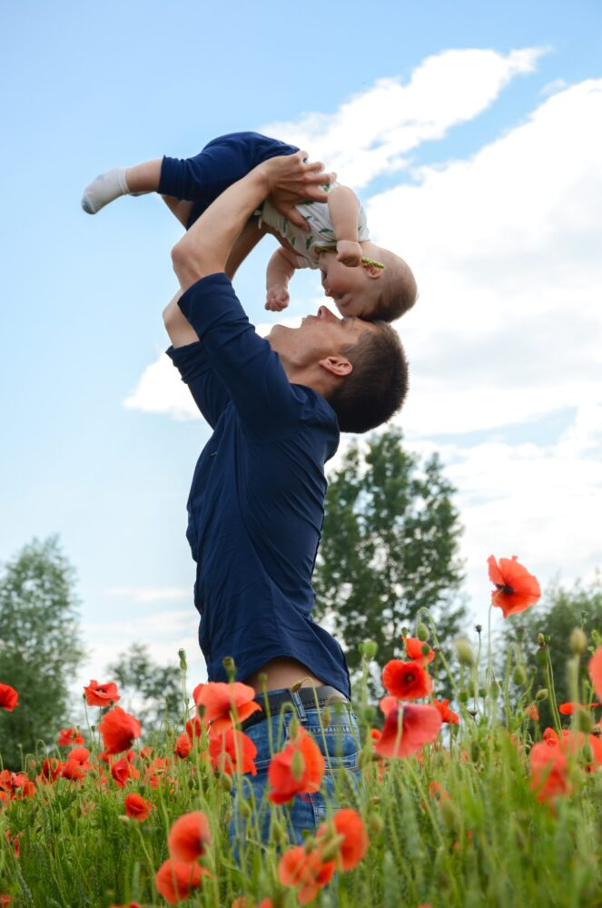 Het Gezinsleven - Moeder en kind - Kinderen 4-12 jaar - Oh nee, mijn kind heeft hoofdluis! - Vader houdt zijn kind in de lucht