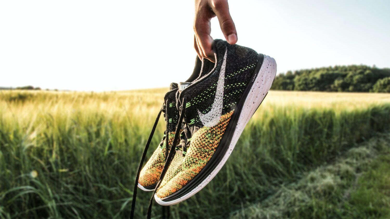 Het Gezinsleven - Lifestyle - Sporten - Hoe begin je met hardlopen? - Man houdt zijn hardloopschoenen in beeld