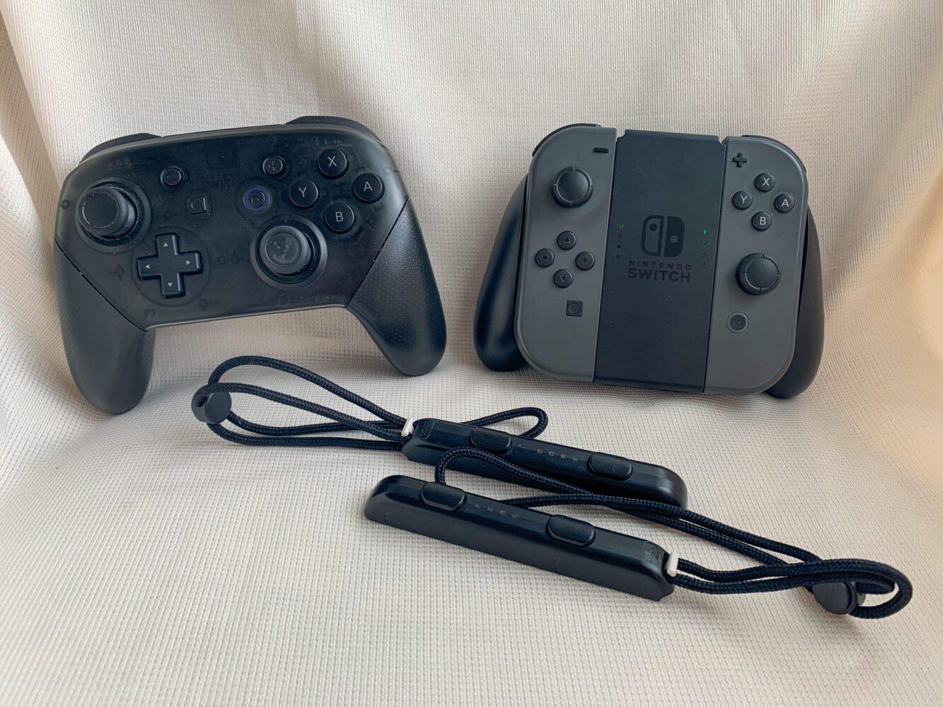 Het Gezinsleven - Gezinsactiviteiten - Speelgoed - De Nintendo Switch - De Joy Con controller en de Controller pro naast elkaar